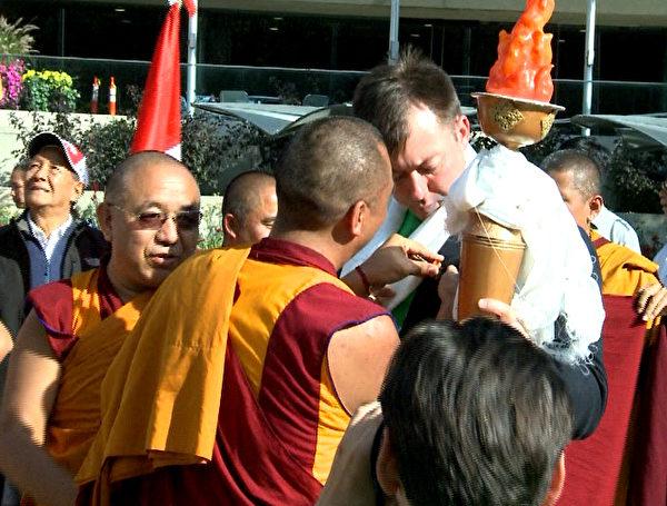 藏僧為安德斯戴徽章。(新唐人電視台提供)