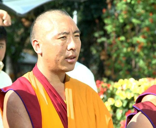 參加集會的藏僧。(新唐人電視台提供)