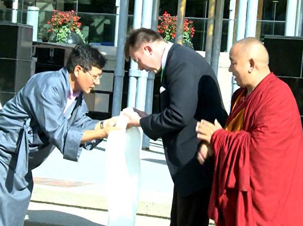 藏區代表向國會議員安德斯敬獻哈達。(新唐人電視台提供)