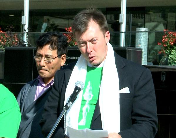 加拿大國會議員安德斯集會上發表演講。(新唐人電視台提供)