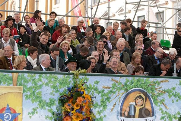 貴賓看臺,前排中間招手者為慕尼黑市長烏德,前排左二為巴伐利亞州長西霍夫。(攝影:黃芩/大紀元)