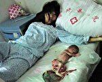 這是2012年6月在大陸網站上流傳的照片。被強行墮胎的馮建梅,望着床上的嬰兒死胎,欲哭無淚。很多女法輪功學員也遭受了更為慘烈的折磨。(互聯網)
