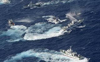 台灣75艘漁船25日凌晨5時航抵釣魚台海域,遭遇日本保安廳10多艘巡邏艇干擾。(YOMIURI SHIMBUN/AFP)