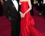 時裝設計大師華倫天奴•格拉瓦尼(Valentino Garavani)和女星安妮•海瑟薇(Anne Hathaway)出席第83屆奧斯卡典禮的資料畫面。(圖/Getty Images)