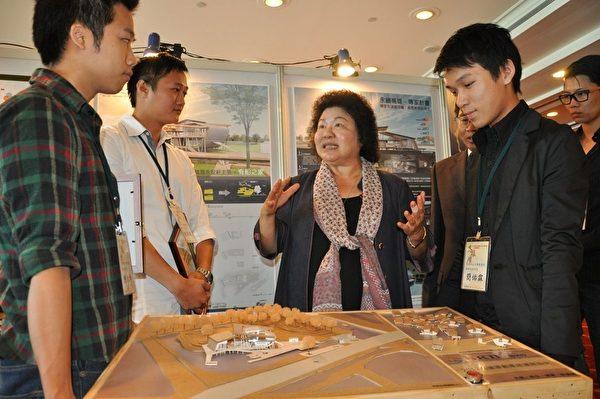 高雄市長陳菊參觀台灣科技大學團隊得獎作品-「傳家、有船之家」,並予表揚肯定。(攝影:李晴玳 / 大紀元)