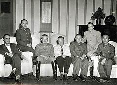 1953年孙立人(左三)率温哈熊(左二)与美军顾问团人员聚会合影。(图: 罗黄遇贞女士提供)(中央社)