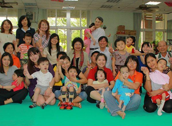 高雄市长陈菊亲往仁武特教学校,慰勉第一线基层教师的辛劳,并与师生合影。(高雄市政府提供)