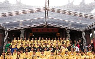 台北市市长郝龙斌与表演八佾舞的大龙国小学生们合影。(摄影:钟元/大纪元)