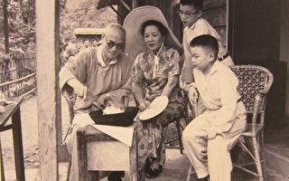 蒋中正偕夫人于台湾桃园角板山野炊,旁为宋子安的公子(宋伯熊、宋仲虎),其平民化生活可见一斑。(摄影:钟元翻摄/大纪元)