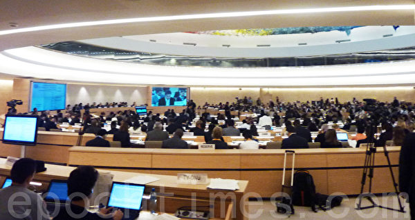 9月18日,两个国际非政府组织在联合国人权大会上提出要求联合国紧急调查发生在中国的法轮功学员器官被活摘及被盗卖的人权惨案,与会的各国驻联合国代表及非政府组织成员听取报告后深感震惊。当日会议议程是世界190多个国家的代表和在联合国获得观察员身份的200多人权组织代表听取国际驻联合国非政府组 织关注的世界人权焦点议题。(大纪元图片)