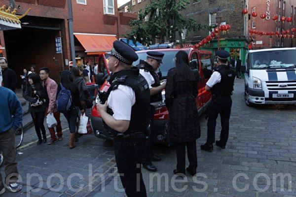 警方街道报案后迅速赶到现场,向目击者取证调查。(摄影:冠奇/大纪元)