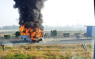 一辆载乘德国游客的大巴在天津车祸起火,五名德国人被烧死,12名德国人受伤。(STR/AFP/GettyImages)