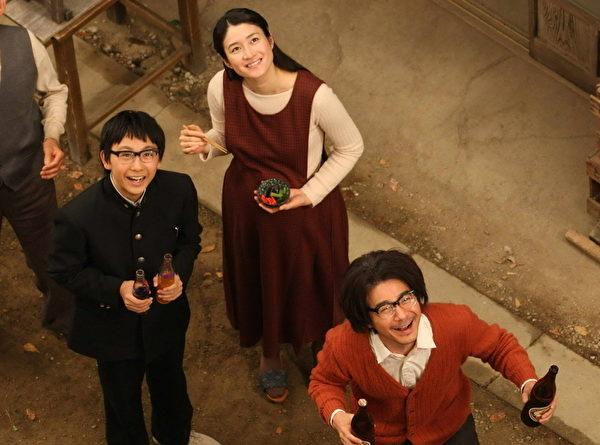 须贺健太、小雪、吉冈秀隆在戏中饰演幸福的一家人。(图/甲上提供)