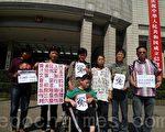 上海訪民孔令珍、石萍率其女兒、郭益貴、嚴燕文、苗寶妹、劉本秀等在上海市政府門前拉起橫幅訴冤,並大喊「冤枉」。(上海訪民提供)