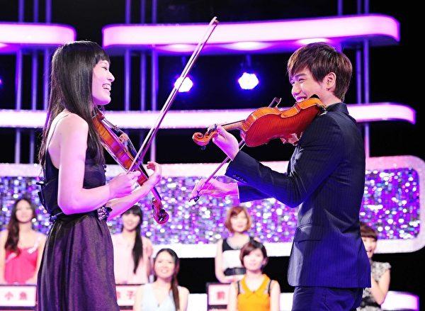 蔡旻佑現場拉小提琴以琴會友。(圖/台視提供)