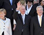 2012年10月3日,德国在慕尼克国家大剧院举行两德统一二十二周年庆祝活动。图为前排左起,德国总理默克尔,联邦议院议长拉默特和总统约阿希姆‧高克。(FRANK LEONHARDT / DPA / AFP)