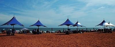 金石滩原名凉水湾,虽然海水澄澈凝碧,沙滩柔软金黄,礁石生动奇特,但却是金县最穷的乡镇。(新纪元资料室)
