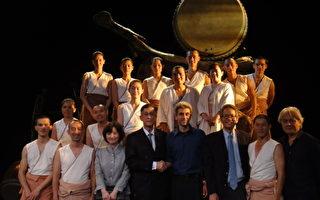 优人神鼓5日(当地时间)在佛罗伦斯的但丁戏剧院演 出,获得满堂喝采。演出后,表演者和主办单位、中华 民国驻意大利代表处人员合影。 (照片由优人神鼓提供)