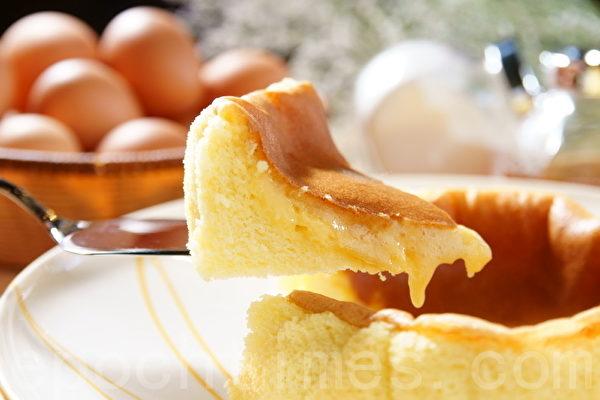 这是款蛋糕含有蜂蜜,蛋糕切开时会流出蜂蜜馅,让人食指大动,但1岁以下婴儿就不宜食吃了。(摄影:徐乃义/大纪元)