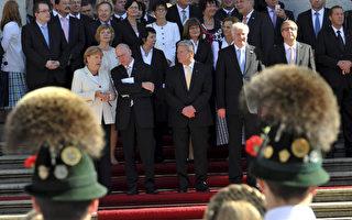 德国总统高克(前左三)以及总理默克尔(前左一)等政要应邀来到慕尼黑参加统一日庆祝活动。(FRANK LEONHARDT /AFP/Getty Images)