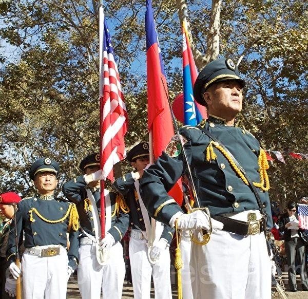 图:陆军官校校友组成礼兵向国旗致敬。(摄影:李欧/大纪元)