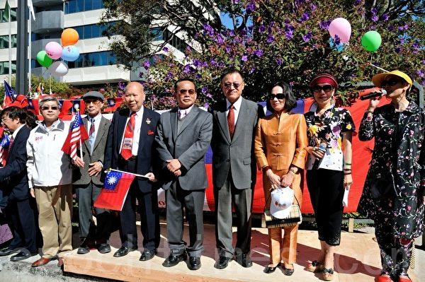 图:参与旧金山中国城升旗与游行的来宾向每一个游行出发的队伍致敬。(摄影:曹景哲/大纪元)