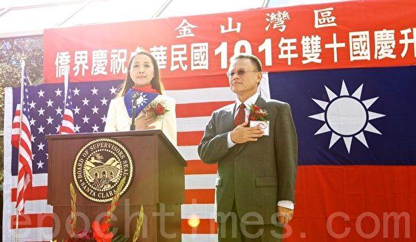 图:本届国庆委员会主委吕玉贞(左)与新任台北驻旧金山经文处处长傅正纲。(摄影:李欧/大纪元)