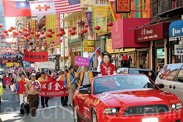 图:游行队伍延绵在街上,为中国城带来喜庆。(摄影:曹景哲/大纪元)