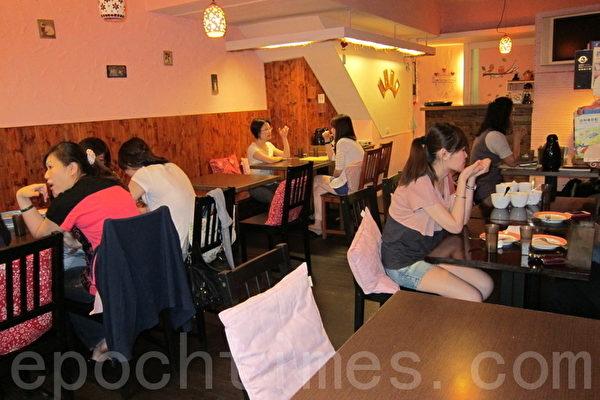 营造温馨家庭风的12AM欧式餐坊。(摄影:杨小敏 / 大纪元)