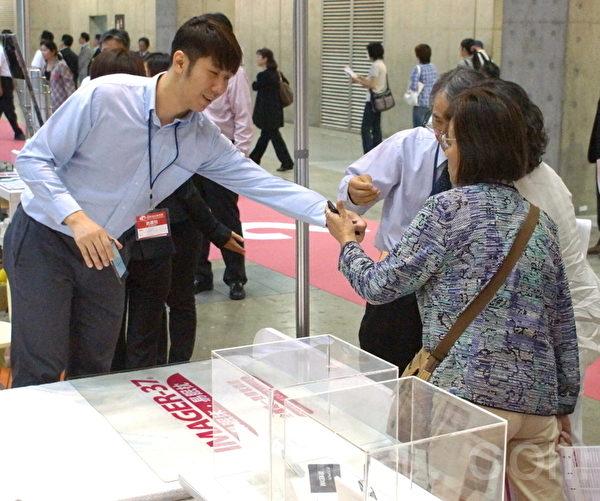 智慧床墊在日本東京Tokyo Big Sight「國際福祉機器展」成功展出(元智大學提供、翻攝:徐乃義/大紀元)