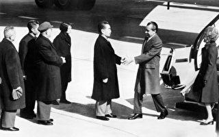 1972年2月21到28日,時任美國總統的尼克松訪華,為了掩蓋中國經濟面臨崩潰邊緣的真實情況,周恩來主掌的國務院親自導演了一場造假鬧劇。圖為中國總理周恩來歡迎尼克松訪華。(AFP)