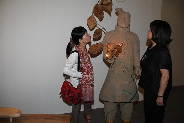 市长黄敏惠(右)与另一记者模仿兵马俑表情,观者哈哈一乐。(摄影:李撷璎/大纪元)