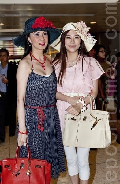 名媛寇鸿萍(左)和女儿唐贝欣(右)(摄影:余钢/大纪元)