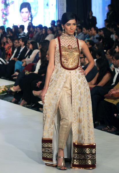 2012年10月14日,风格360新娘时装周发表设计师Kosain Kazmi作品。(ARIF ALI / AFP)