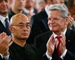 德国书业和平奖颁奖典礼10月14日在法兰克福的保罗教堂里举行,德国总统高克(右)祝贺廖亦武(左)获奖。(Ralph Orlowski/Getty Images)