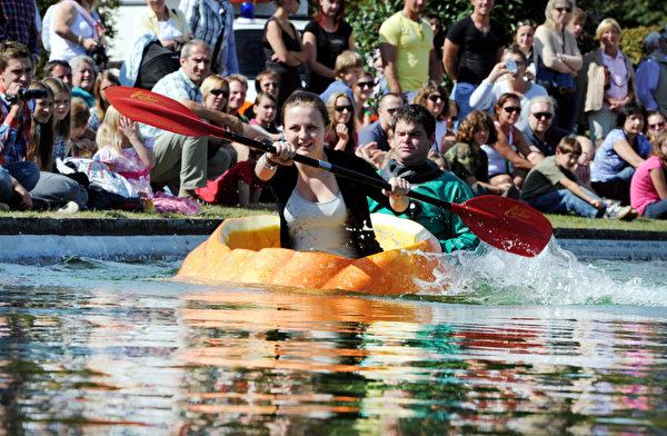 南瓜比赛、各品种南瓜展览、南瓜做成的佳肴,还有充满欢笑的南瓜船划船大赛。(AFP)