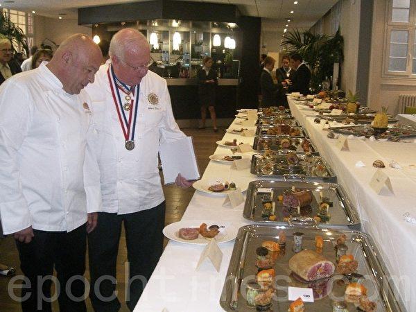 百香杯創始人杜邦(右)和本屆評委主席瑪科斯在出菜過程中在各路菜餚前交談(大紀元圖片)