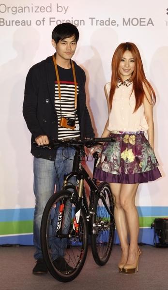 Hebe(右)樂把自己當台灣精品外銷。(圖/雙向提供)
