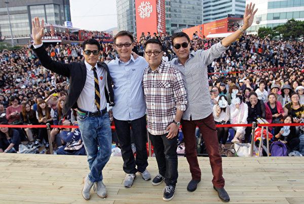 演员郭富城(左1)、梁家辉(右1)出席第17届釜山国际电影节户外见面会。(Chung Sung-Jun/Getty Images)