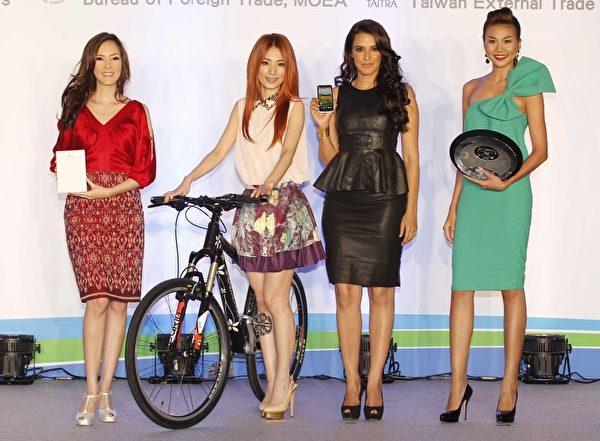 (左起)印尼人氣女星Cathy Sharon、Hebe田馥甄、印度選美皇后Neha Dhupia、越南第一名模Thanh Hang。(圖/外貿協會提供)