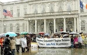 清明飞雪,千古奇冤,人神共愤。2006年4月5日纽约法轮功学员市府门前集会,抗议中共设集中营虐杀中国同胞。(大纪元)