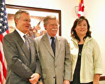 美国前驻联合国大使、罗姆尼高级外交顾问、美国著名智库AEI的资深专家John Bolton先生(中)10月11日在马里兰州共和党的一个竞选活动上,作外交政策的演讲。 Bolton先生说,美国代表着巨大的责任和权力,美国新总统的领导能力需经受全球事务的考验,他表示,中国大陆法轮功学员被活摘器官是非常严重和关键的议题,美国需直面这一议题,捍卫和坚守美国的基本价值。马里兰州8选区共和党国会议员候选人Ken Timmerman(左一)说,在历史的关键时刻,美国应该全力捍卫宗教自由,向世界展现美国的核心价值。右一为法轮功学员于博士(新唐人提供)