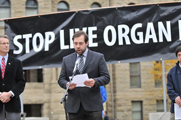 圖:加拿大國會議員Rob Anders的執行秘書轉達了Anders先生的信,說:「每一個人都必須站起來反對中共,在這裡我要和所有在場的法輪大法修煉者一起對暴政說『不』。」 。(攝影:吳偉林/大紀元)