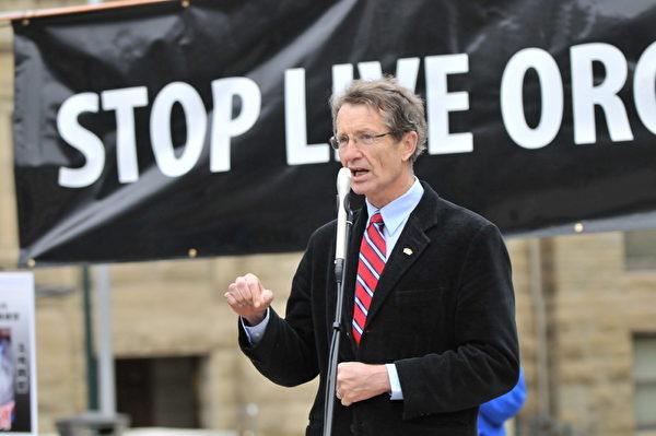 圖:亞省省議員,前自由黨領袖David Swann博士,呼籲加拿大政府聽取民眾的意見,對中共迫害法輪功修煉者進行調查,必須制止這一長期的迫害。(攝影:吳偉林/大紀元)