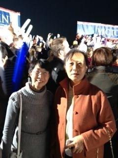華府法輪功學員Angela Lee表示,17日當晚羅姆尼親耳聽到要在辯論中提出法輪功受迫害的問題。圖為Angela Lee(左)和從紐約趕來的學員於真潔(右)。(大紀元)