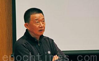 北京电影学院郝建教授在分析艾未未记录片的拍摄风格。(摄影:毕儒宗/大纪元)