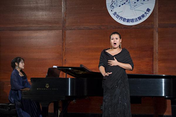 来自台湾的选手女高音左涵瀛在初赛上演唱 A.Catalani La Wally Ebben, neandro lontana E大调。(摄影﹕戴兵/大纪元)2