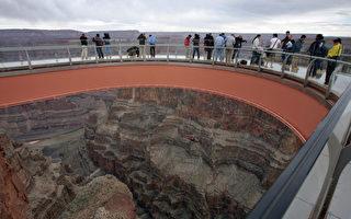 美国大峡谷的玻璃天空步道,于2007年3月20日正式启用。(摄影:ROBYN BECK/AFP/Getty Images)