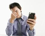 現代人3C不離眼,連關燈後都還在看平板、滑手機,小心眼睛不舒服產生病變。(Fotolia)