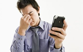 关灯看平板滑手机 小心眼睛病变